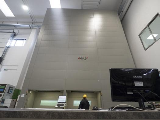 ICAM | Magazzino verticale SILO² al servizio dell'allestimento ordini di accessori per serramenti di ESENFU